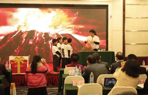 凯皮拉的小火车交响乐总谱-河南科技出版社员工和凯智思德幼儿园小朋友在研讨会上表演幼儿手工